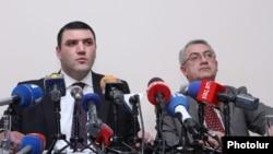 Военный прокурор Армении Геворк Костанян (слева) на пресс-конференции в Ереване, 19 января 2012 г.