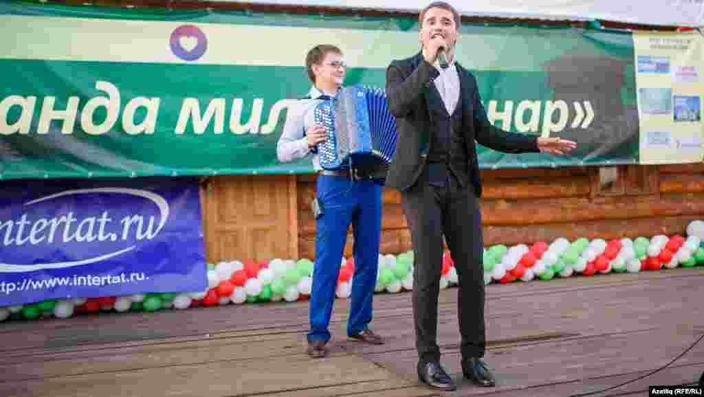 Баянчы Роберт Хәлилов белән җырчы Илназ Гарипов