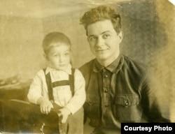 Николай Зоря с сыном Юрием. Фото из семейного архива
