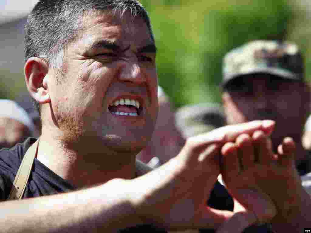 Ош қаласы комендантының орынбасары Курсан Асанов жергілікті өзбек тұрғындармен тілдесті. 19 маусым 2010 жыл.