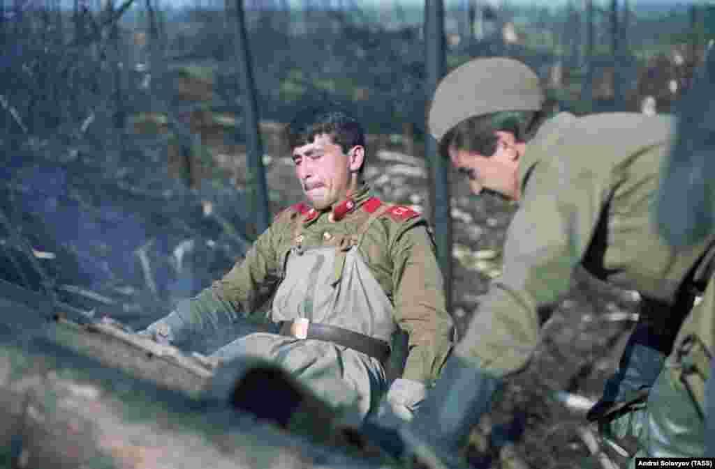 Советские солдаты расчищают завалы на месте взрыва