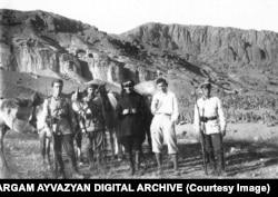 Члены экспедиции в Джульфе. 1928 год. Справа видна часть кладбища.