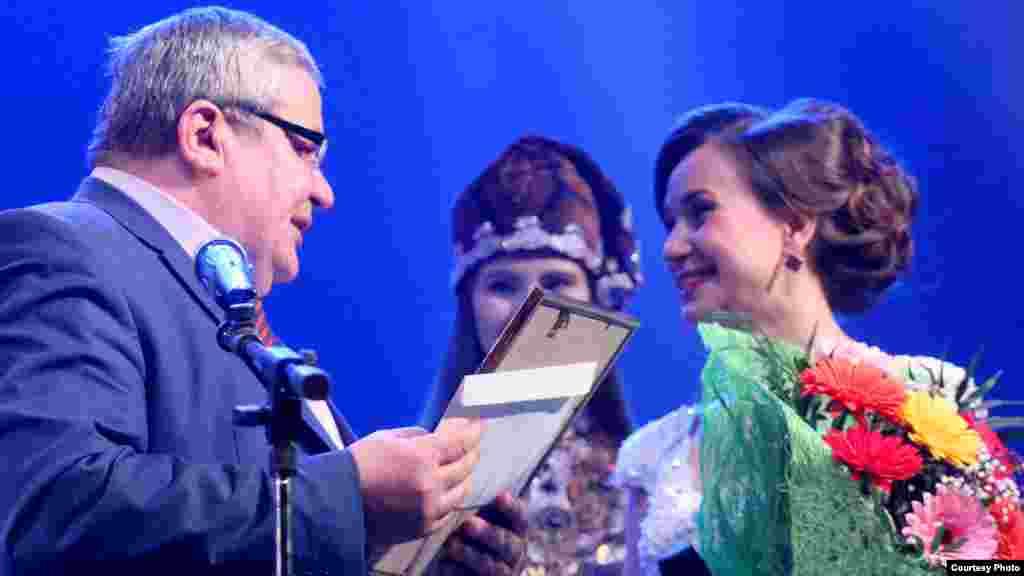Тинчурин театры артисты Резедә Сәлаховага бүләк бирү мизгеле
