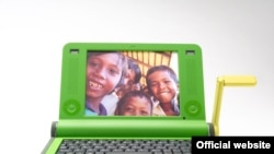 Стодолларовый ноутбук с ручкой для подзарядки батареи