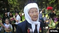 Ветеран Второй мировой войны Гамиза Достанова празднует День Победы. Алматы, 9 мая 2010 года.