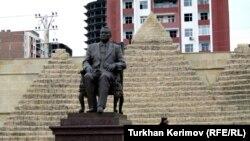 Памятник Хосни Мубараку близ Баку