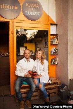 Олег Яровий та Інна Ярова біля своєї кав'ярні Dobrocafe, Варшава