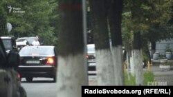 У бокові ворота Міністерства внутрішніх справ заїжджає автівка, якою користується голова «Нафтогазу» Андрій Коболєв