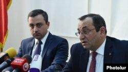 Представитель Верховного органа АРФД Ишхан Сагателян (слева) и координатор профессионального комитета ВАРФД Арцвик Минасян, Ереван, 13 февраля 2019 г.