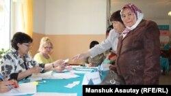 Члены избирательной комиссии и избиратели на участке в Каскелене. Алматинская область, 26 апреля 2015 года.