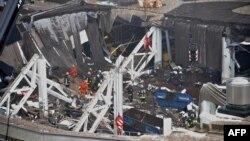 """Шатыры құлап, көп адамды басып қалған """"Maxima"""" супермаркетінде құтқару жұмыстары жүріп жатыр. Рига, 22 қараша 2013 жыл."""