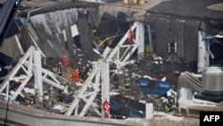Спасатели работают на месте обрушения супермаркета. Рига, 22 ноября 2013 года.