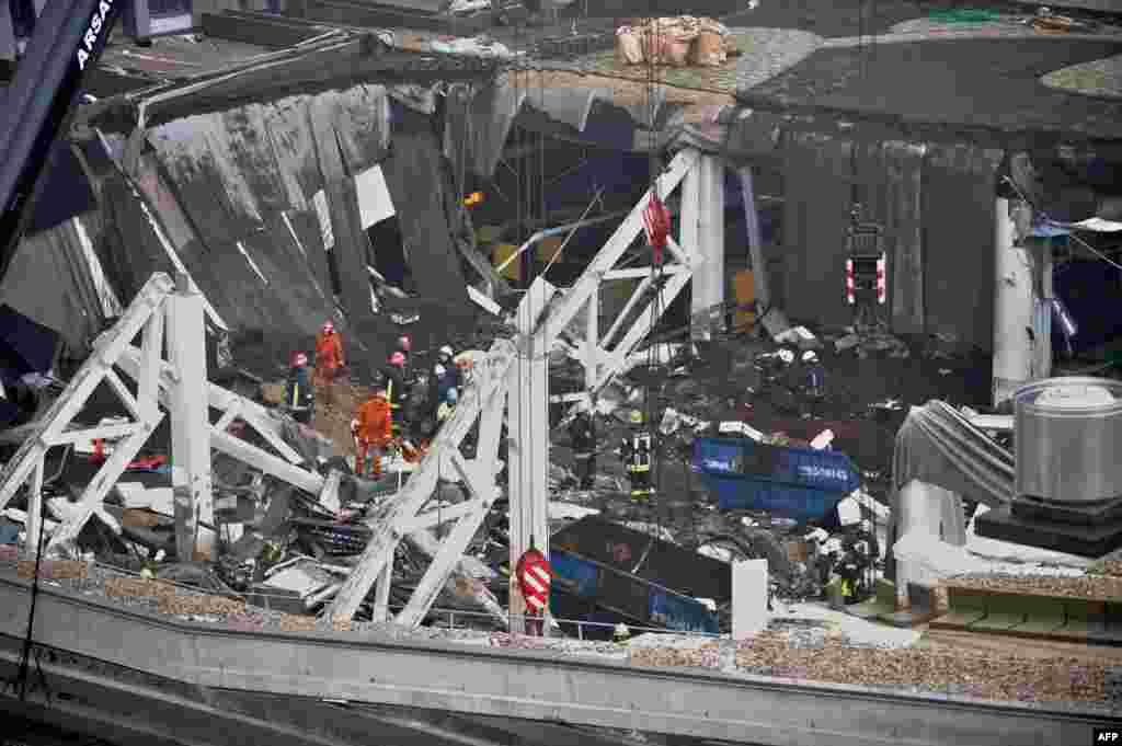 21 ноября в Риге произошло обрушение крыши супермаркета «Максима». Погибли десятки человек. В стране объявлен трехдневный траур. Обрушившееся здание было построено в 2011 году. Вице-мэр Риги Андрис Америкс предположил, что причиной обрушения могли стать ошибки при строительстве.