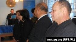 Айыпталушы тараптың адвокаттары сот үкімін тыңдап тұр. Ақтөбе, 14 желтоқсан 2011 жыл. (Көрнекі сурет)