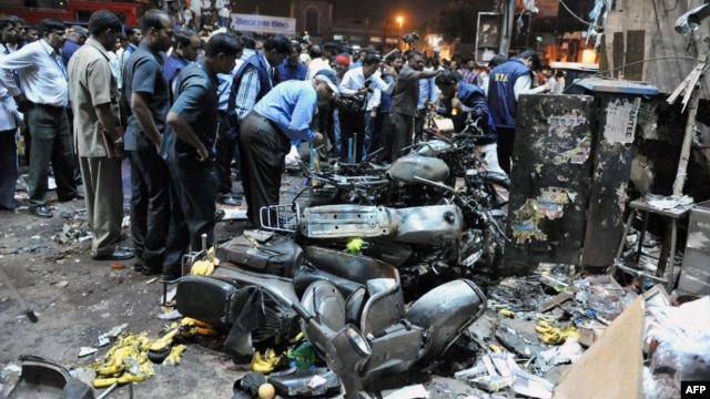 Police and investigators at the site of a deadly bomb blast in Hyderabad on February 21.