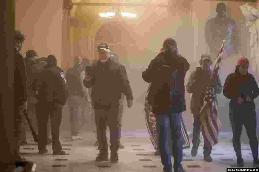 В палате Капитолия со скульптурами выдающихся американцев. Полиция применила слезоточивый газ