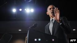 АҚШ президенти Барак Обама Аврорада ўққа тутилганларни хотирлаш маросимида нутқ сўзламоқда.