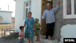 Arxiv foto. Füzuli rayonunda məskunlaşan köçkün ailəsi. 2008-ci il.
