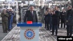 Тәжікстан президенті Эмомали Рахмон Рогун ГЭС-інің бірінші агрегатын ашып тұр. 16 қараша 2018 жыл