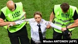 Задержание участницы акции Pussy Riot во время финального матча чемпионата мира по футболу