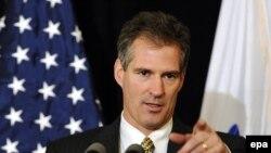 Senatorul Scott Brown din Massachusetts la o conferință de presă