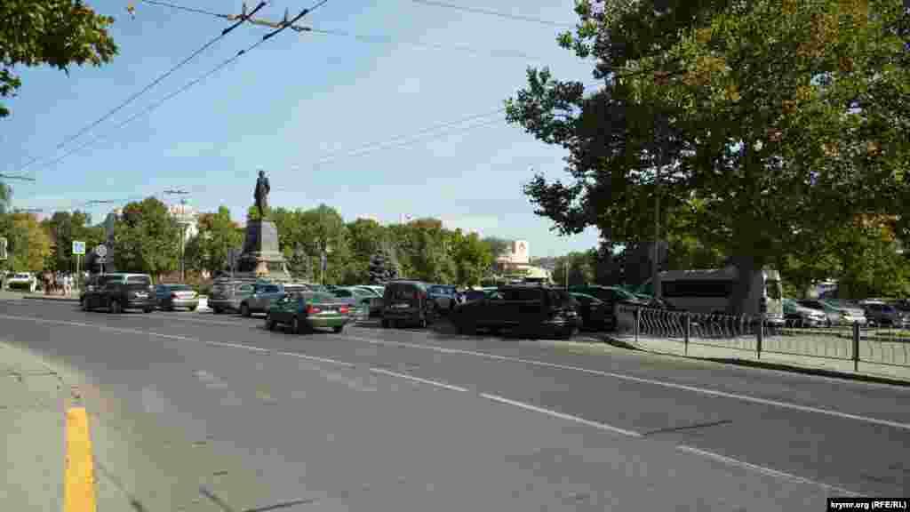 Пешеходный переход в начале улицы Ленина ликвидировали, закрасили и на противоположной стороне заградили металлическим забором