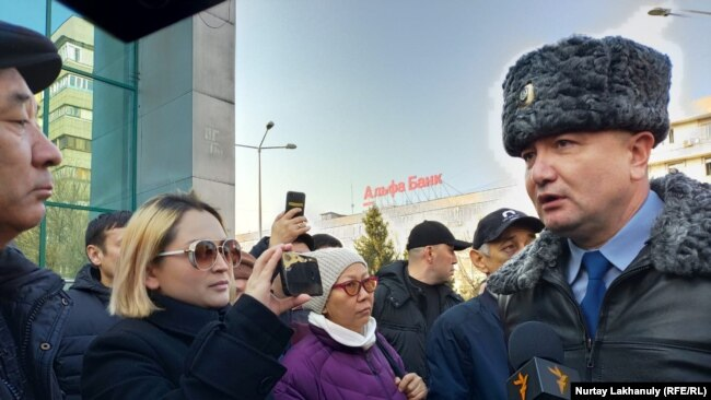 Собравшиеся у здания департамента полиции Алматы после известия о смерти в СИЗО Нур-Султана активиста Дулата Агадила. 25 февраля 2020 года.