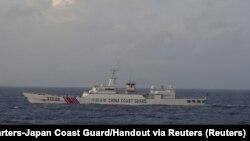 Plovilo kineske obalne straže br. 31239 plovi u Istočnom kineskom moru u blizini spornih otočića poznatih kao otoci Senkaku u Japanu i otoka Diaoyu u Kini.