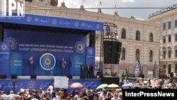 Эркиндик аянтындагы митингден бир көрүнүш. Тбилиси, 27-май, 2012-жыл.