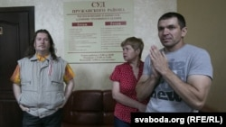 Максім Вінярскі (зьлева), жонка і сын Юрыя Рубцова ў дзень суду над Юр'ем Рубцовым