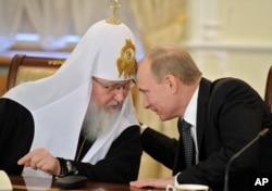 Президент России Владимир Путин (справа) и Московский патриарх Кирилл (архивное фото)