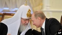 Глава Русской православной церкви патриарх Кирилл и Владимир Путин (в бытность премьер-министром России). Москва, 8 февраля 2012 года.