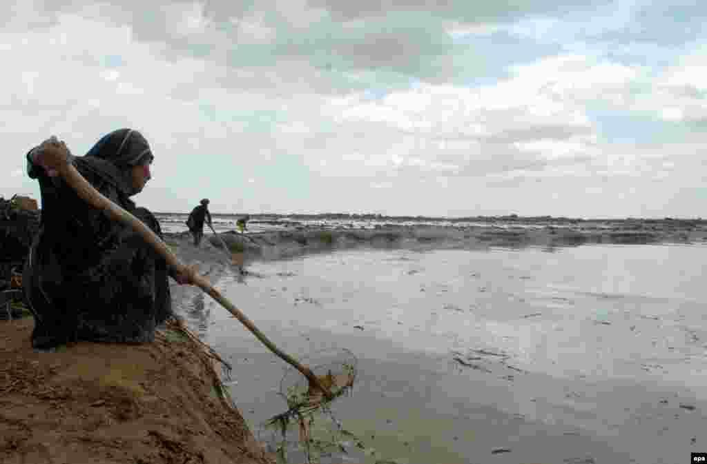 25 сәуір күні Ауғанстанда су тасқынынан 100-ден аса адам қаза тауып, мыңдаған адам көшірілді. Елдің солтүстік және солтүстік-батыс аймақтарында екі күн толассыз жауған нөсер соңы тасқынға ұласты. Полицияның хабарлауынша тікұшақтар 1 мың 500 адамды қауіпсіз жерге апарып үлгерген. Билік өкілдері 25 сәуір күні Жаузжан провинциясында 55 адамның мәйіті, Фарьяб провинциясынан - 33 мәйіт, Герат провинциясынан - алты,Бадгис и Сари-Пуль провинцияларынан 13 адамның денесі табылғанын хабарлады.