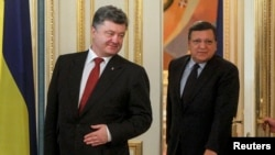 Президент України Петро Порошенко (Л) і президент Єврокомісії Жозе Мануель Баррозу (П)