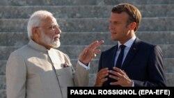 Fransiýanyň prezidenti Emmanuel Makron (sagda) we Hindistanyň premýer-ministri Nerendra Modi. Parižiň etegi. 22-nji awgust, 2019 ý.