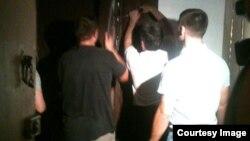 Полиция ломает дверь в квартиру сторонников Алексея Навального