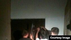 Полиция ломает дверь квартиры сторонника Алексея Навального