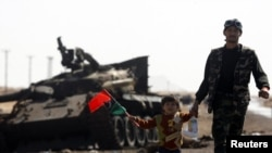 Ливийский повстранец с сыном на линии фронта