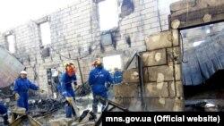 Пожарные на месте сгоревшего дома престарелых под Киевом. 29 мая 2016 года.