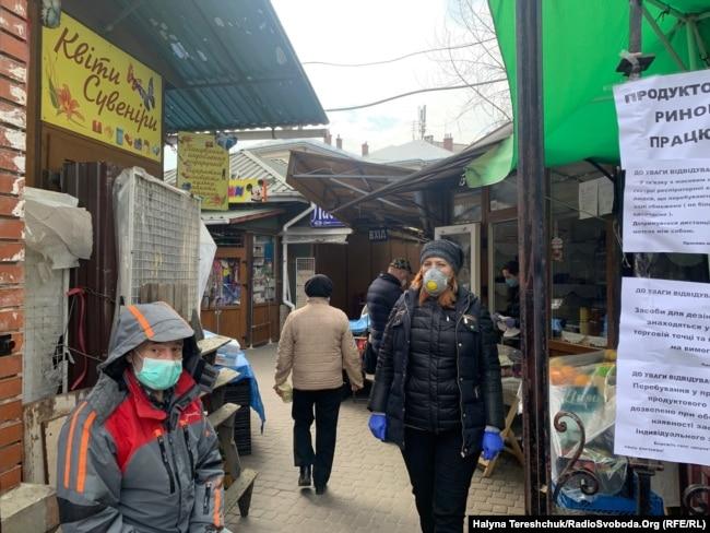 На ринки Львова пропускають лише у масках