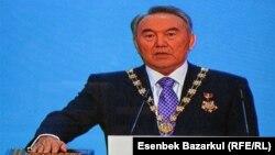 Қазақстан президенті Нұрсұлтан Назарбаев инаугурация кезінде ант беріп тұр. Астана, 8 сәуір 2011 жыл.