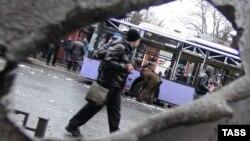 Меcто взрыва около троллейбусной остановки в Донецке