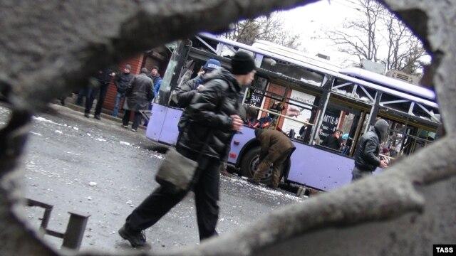 Место взрыва около троллейбусной остановки в Донецке