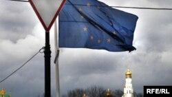 Arxiv foto - Kremlin fonunda Avropa Birliyinin bayrağı. 18 mart 2007