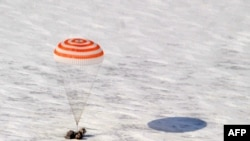 """Капсула корабля """"Союз"""" приземляется возле города Аркалык, 16 марта 2011."""