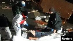 Спасатели уносят тела погибших после того, как в центре Берлина грузовик врезался в рождественскую ярмарку.