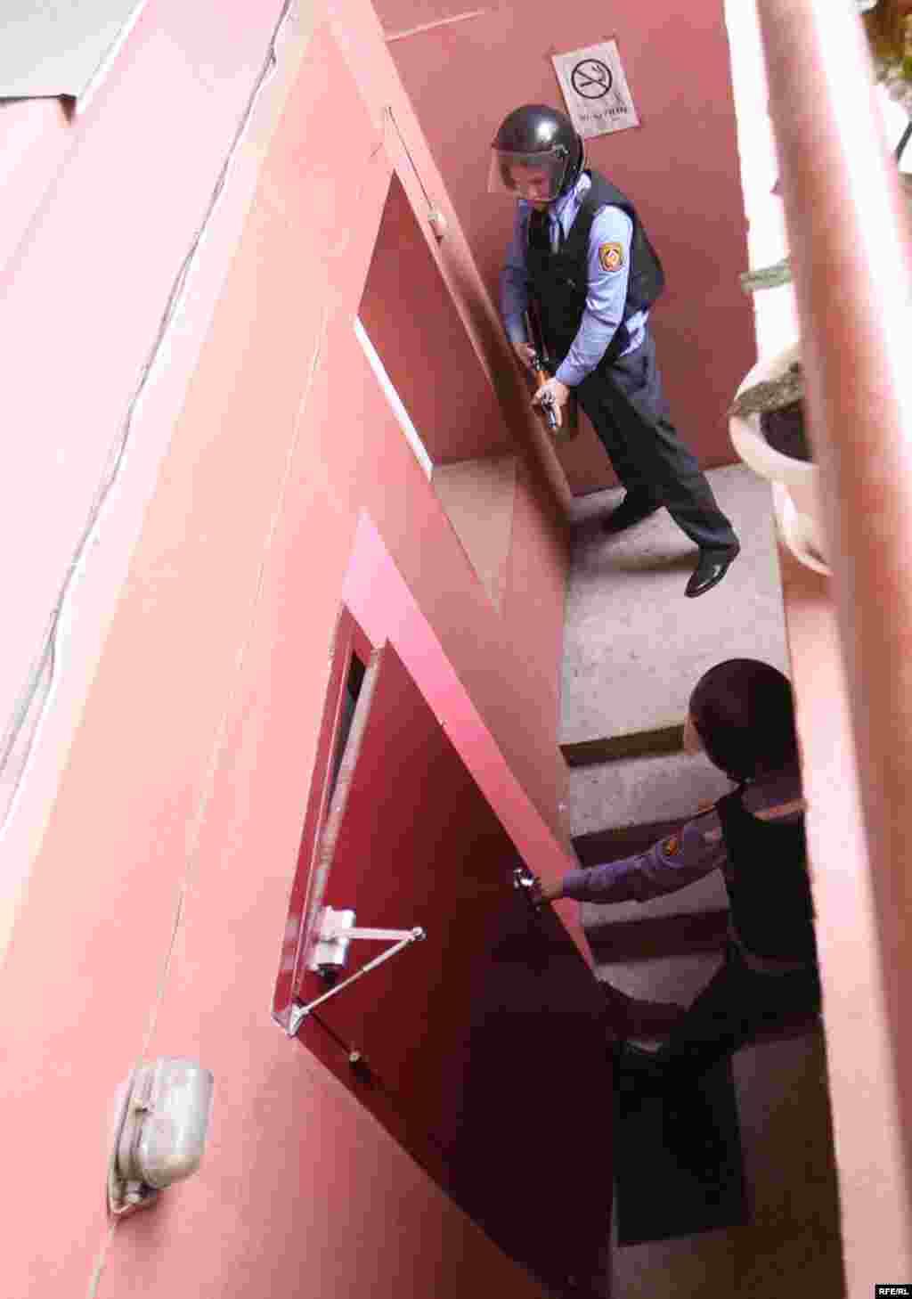 Каб высьветліць, што адбываецца ў офісе (Машэрава 54), на месца прыехалі супрацоўнікі дэпартамэнту аховы.