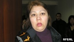 Бахыт Тлеспаева, ответчица по иску банка, дает интервью в коридоре Медеуского районного суда. Алматы, 13 марта 2009 года.