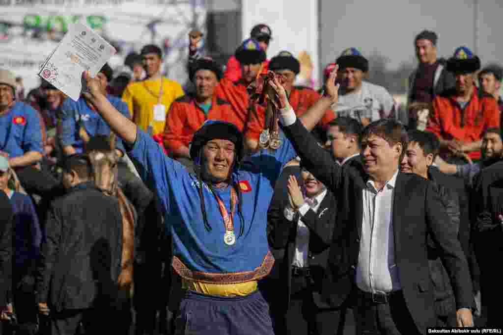 Ноорузда Кыргызстанда адатта көк бөрү боюнча жалпы республикалык чоң таймаш жыйынтыкталат. Фото Ак кула ат майданындагы оюндан. (Оңдо - ошол кездеги премьер-министр Сапар Исаков)