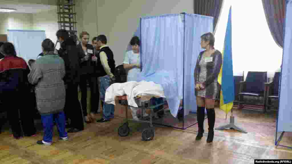 A patient at the hospital in Lugansk, where imprisoned political opposition leader and former Prime Minister Yulia Tymoshenko is being treated, was wheeled in on a gurney to vote.